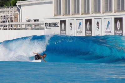 Shun Murakami montando la ola para realizar su próxima maniobra en preparación para el debut olímpico de surf. (PRNewsfoto/American Wave Machines, Inc.)