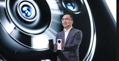 George Zhao, director ejecutivo de HONOR, con los nuevos teléfonos inteligentes insignia de la serie HONORMagic3. (PRNewsfoto/HONOR)