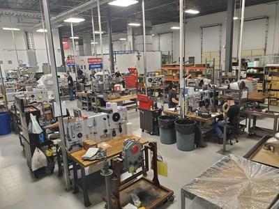 Los empleados de Keystone Turbine Services trabajan en piezas y ensamblaje de motores.